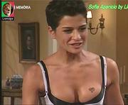 Sofia Aparicio sensual na serie Uma Casa em Fanicos