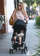 http://img281.imagevenue.com/loc406/th_876926514_Hilary_Duff_out_For_Breakfast5_122_406lo.jpg