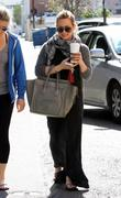 http://img281.imagevenue.com/loc479/th_987459735_Hilary_Duff_has_coffee_date_with_friend_in_Studio_City15_122_479lo.JPG